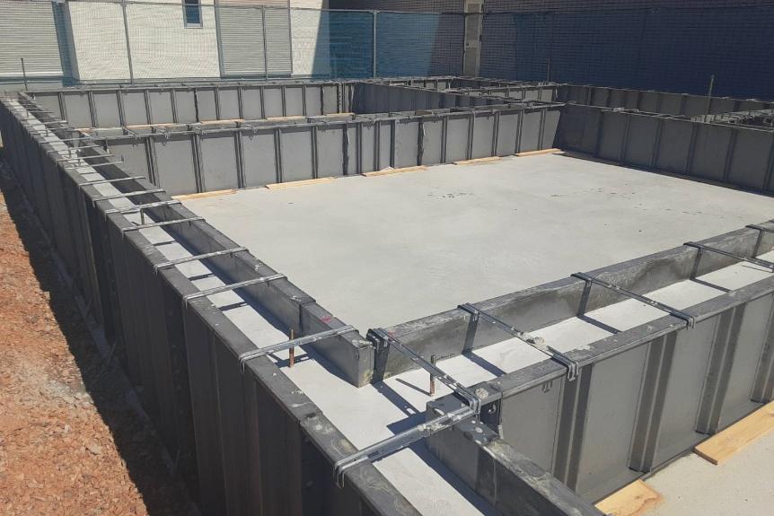 べた基礎という形式で、地面全体をコンクリートで施工し、強度だけでなく床下の湿気対策にもつなげます